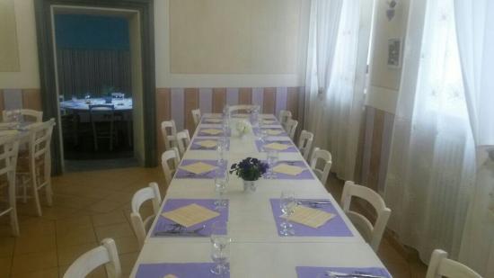 Azzano d'Asti, Italia: Le Gambe Sotto Il Tavolo
