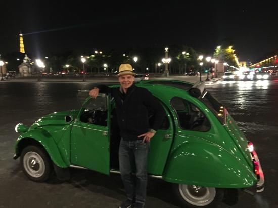 Paris, Frankrike: Chris in front of his Citroen by the Champs de Elysses