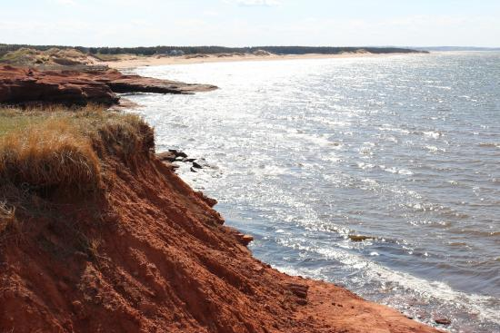 Cavendish Beach: Shimmering water and long coastline of red cliffs and beach at Cavendish, PEi