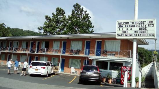 Budget Inn Motel : Motel from street