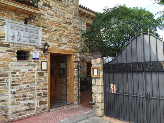 El LLantar de la Sierra: La puerta del Llantar. Bonito restaurante con buena carne aunque un poco lento de mas. 4 persona