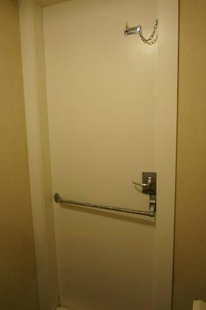 Kelvin Hotel : Emergency door in room.
