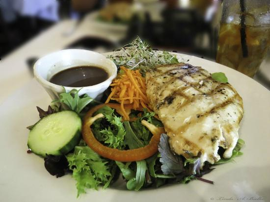 Drummer's Cafe at The Atlantic Hotel: Salad with Grilled Chicken