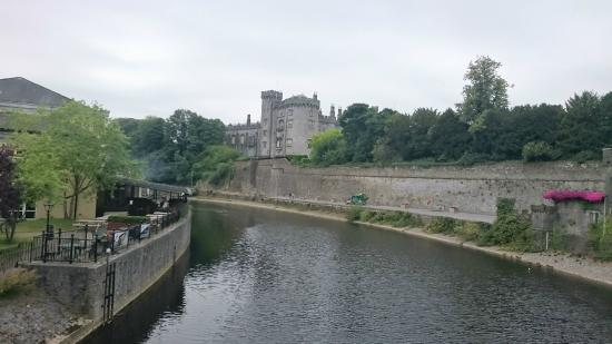 Kilkenny, Irland: Le château vue du pont