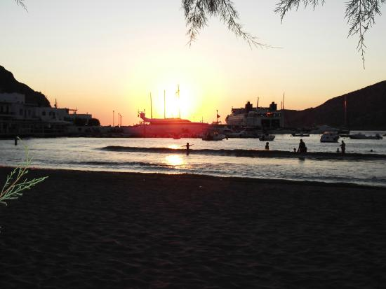Stavros Hotel : Sunset on the beach with ferries in