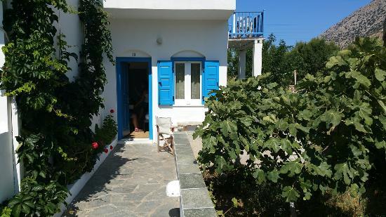 Hotel Afroditi: Hotel Afroditi. Sifnos, fin juillet 2015. La terrasse du petit déjeuner, le jardin menant aux ch