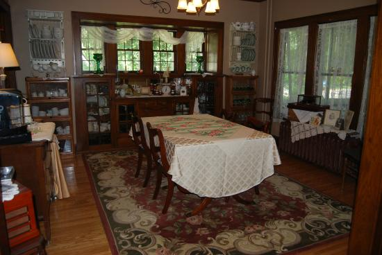 Maple Knoll Inn: Dining Room