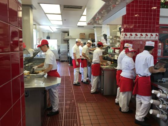 In-N-Out Burger : Busy staff, Everything made to order!