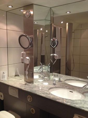 TOP CountryLine Hotel Roth Am Strande: funky bathroom