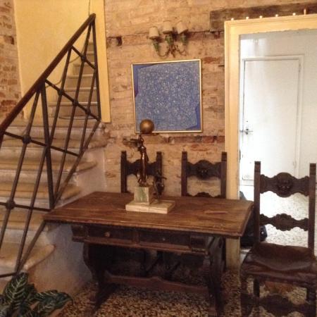 Ai Boteri Hostel: Та самая антикварная мебель при входе