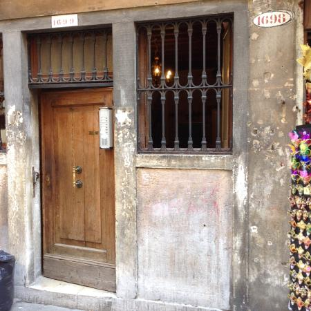Ai Boteri Hostel: Вход в отель