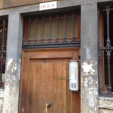 Ai Boteri Hostel: Входная дверь