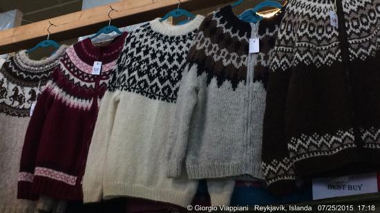 Kolaportid Flea Market Ce un po\u0027 di tutto, i maglioni caratteristici  islandesi a