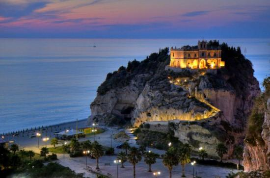 Villa Giada: Beautiful Tropea - a 10 min walk from the hotel.