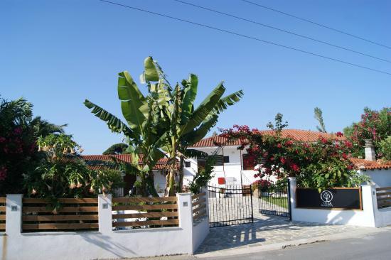 Einfahrt zur Villa Karina