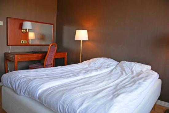 Hotel Victoria : Betten und Schreibtisch