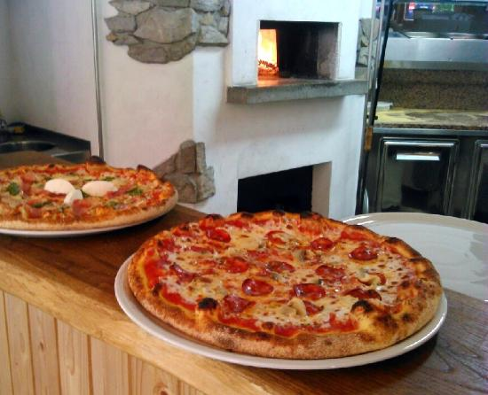 Kamp Lebanc: Pizzas from bread oven
