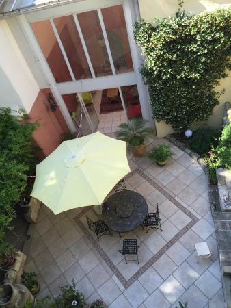 Le Clos du Rempart: patio below