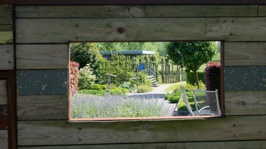 Blick aus dem fenster land  Blick durch ein Fenster - Picture of The Gardens of Appeltern ...