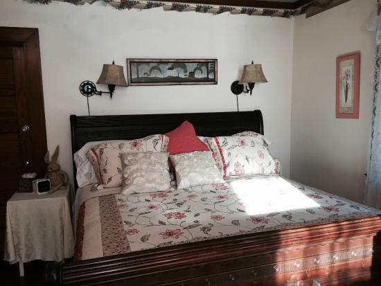 Hawkins House B & B: King size bed
