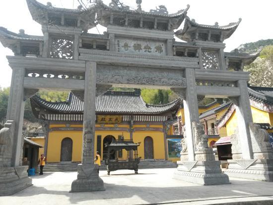 Qianshan County, China: Храмы там не молоды