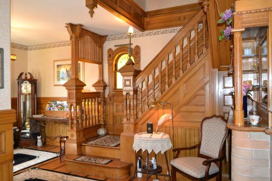 Cheney House Bed & Breakfast: Entry Foyer