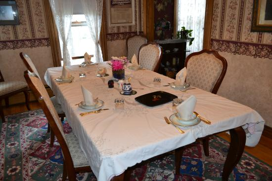 Cheney House Bed & Breakfast: Breakfast Dining room