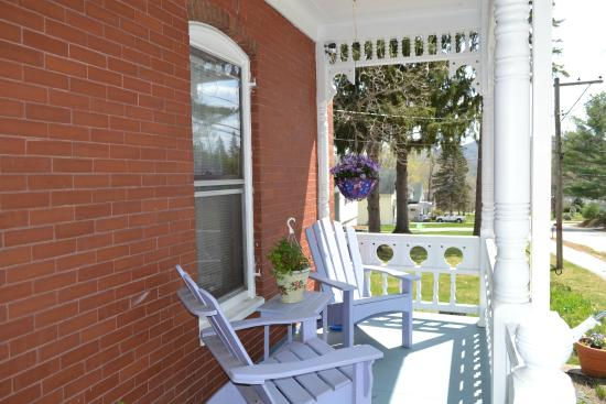 Cheney House Bed & Breakfast: Front Porch Sitting Area