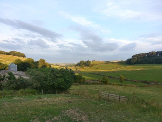 Alsop en le Dale, UK: Uitzicht vanuit The Church Farm Cottages op de landerijen