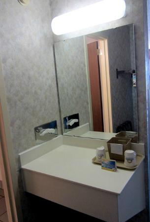 Days Inn La Crosse Conference Center : Separate mirror and vanity
