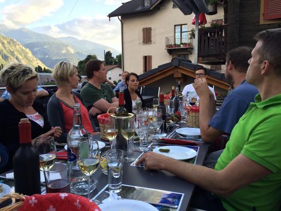 Salgesch, Szwajcaria: Larissa hat den Service sensationell gemeistert! Das Raclette war sehr fein, der Wein sowieso!