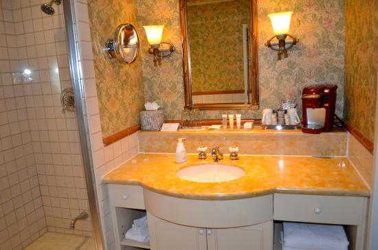 Room Bathroom With Spa Tub Keurig Coffee Maker Sinks Nice - Bathroom maker