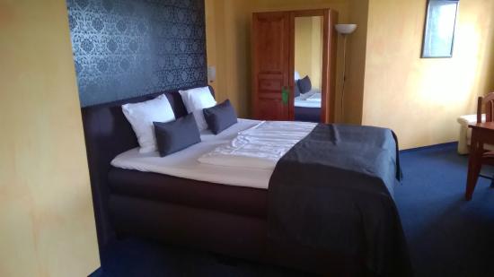 Hotel Nordig: Ein riesiges Boxspringbett in einem sehr geschmackvoll gestaltetem Zimmer