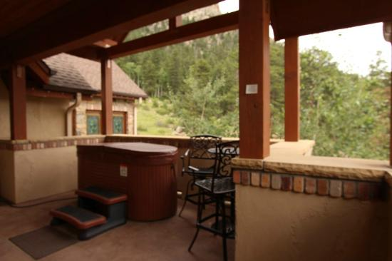 Della Terra Mountain Chateau: Outdoor hot tub and hightop pub table for 2
