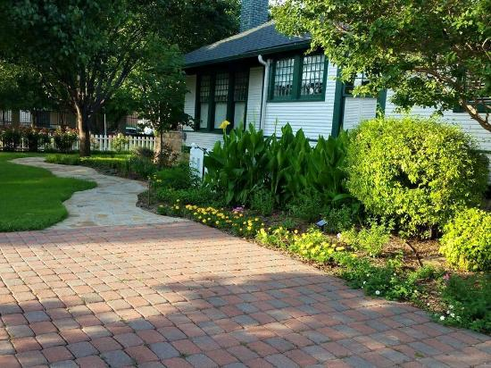 Granbury Gardens Bed And Breakfast: parking area and side garden area