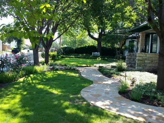 Granbury Gardens Bed And Breakfast: a view across the front yard