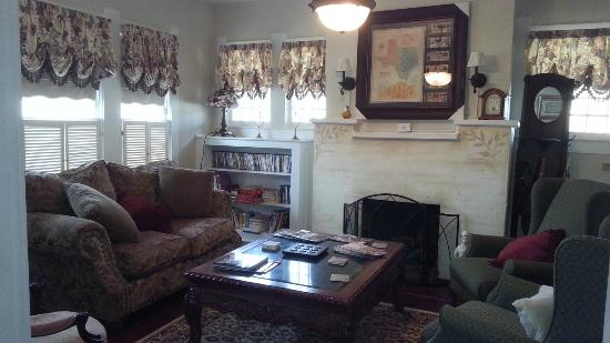 Granbury Gardens Bed And Breakfast : Living room view