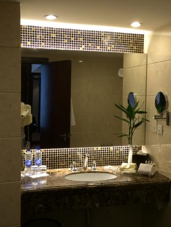 The Bund Hotel: Clean bathroom