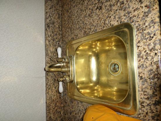 Tazewell Hotel & Suites: Dirty sink in room
