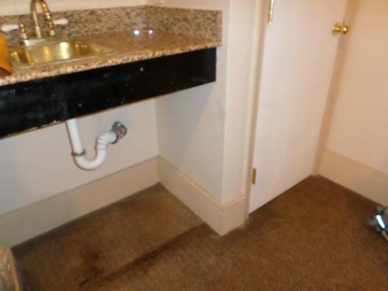 Tazewell Hotel & Suites: Dirty/ stained sink area