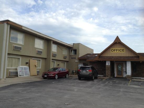 Days Inn West Branch Iowa City Area: Front entrance
