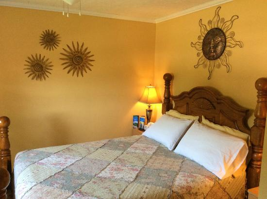 The Poplar B&B: Mountain Sunrise room - cheerful and bright