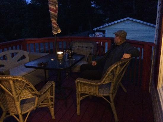 The Poplar B&B: Outdoor deck at night