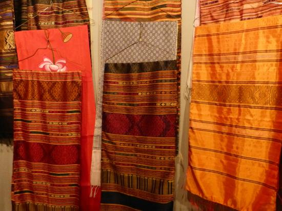 Cha Da Thai: Beautiful silks in the back gift shop