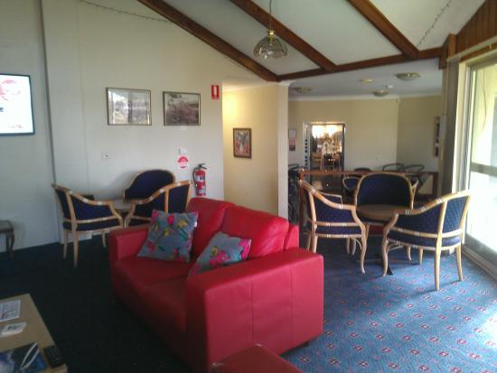 Comfort Inn Redleaf Resort: Lounge Towards the Bar and Dinning