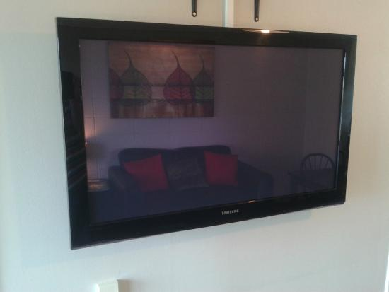 """Birchlands Motel: Two Bedroom Lakeview Unit - 42"""" Flat Screen TV with SKY TV Guest Select"""