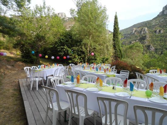 Ganges, Frankrike: Repas de mariage en extérieur, simple et coloré!