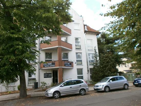 City INN Hotel Leipzig: Hotel mit Eingang , die Straße dient teilweise als Parkplatz