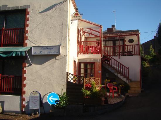 Boussay, Francia: Face au parking, la terrasse de l'auberge des trois moulins