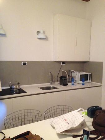 Brera Apartments: Angolo cottura dotato di microonde e Nespresso maker